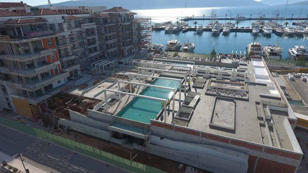 Prikaz gradnje sa pogledom na marinu